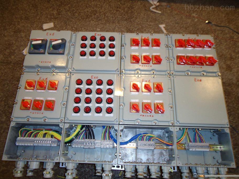 商品特征 1.本商品为复合型,开关箱选用隔爆型构造,母线箱及出线箱选用增安型构造。 2.铸铝合金外壳,内装高分断小型断路器或塑壳或断路器。 3.本商品选用模块化构造,各种回路可以自由选择组合。 4.具有过载短路维护,特制隔爆型面添加0型橡胶封圈,即隔爆又防水,防户性能好(详见图样)凡是户外,户内处理了难题。 5.