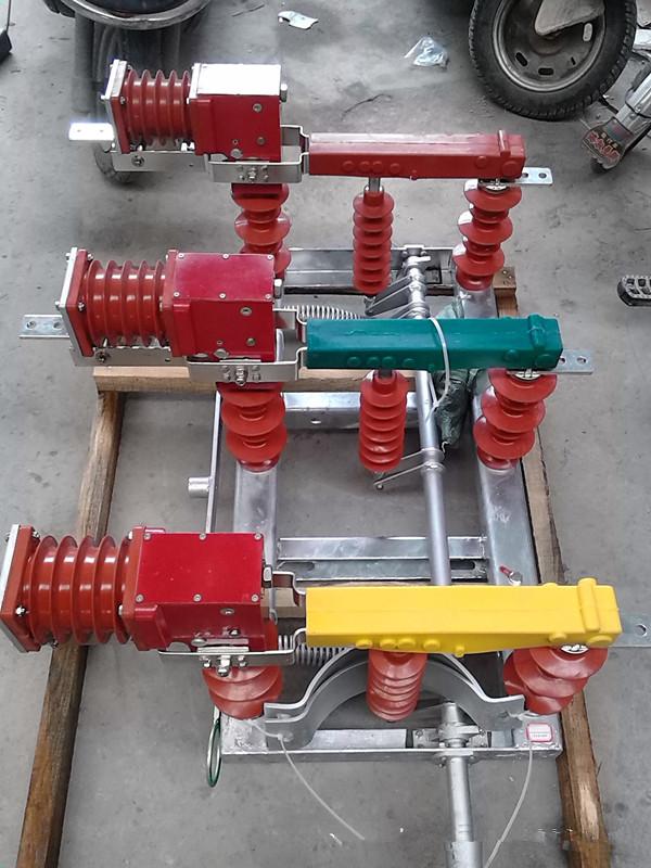 FZW32-40.5户外交流高压隔离真空负荷开关适用于额定电压35KV三相交流50HZ的供电网络中;主要用于开断负荷电流、变压器空载电流、电缆充电电流以及关合负载电流;具有分断、隔离、连结、切换等功能;与熔断器配合使用,可替代断路器作为变压器的保护组件,适用于无人值守变电所。产品底架采用不锈钢材料或热镀锌外加防紫外线保护的碳钢,确保了机体在户外环境下的正常运行,零部件采用不锈钢材料,保证了负荷开关的耐用性、稳定性和防水、防盐雾等功能。 35KV隔离高压负荷开关FZW32 FZW32-40.